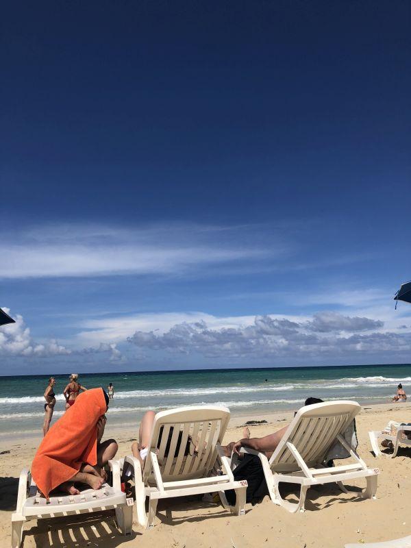 Foto: Liegestühle an Havannas Strand, mit Blick aufs Meer