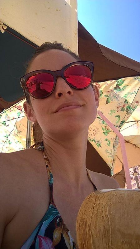 Foto von Lianet, mit einer Trink-Kokosnuss am Strand von Havanna