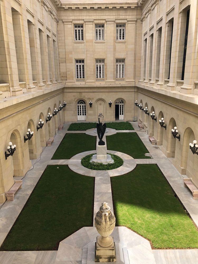 Bild von Garten und Statue: Der Rebellische Engel des Capitolio