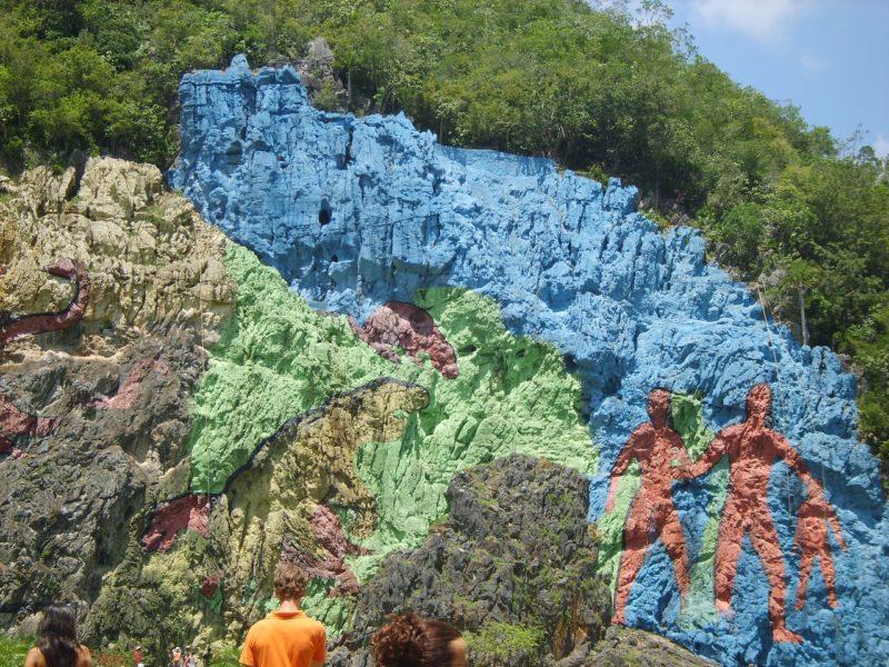 Das bekannte Mural im Valle de Vinales, ein buntes, riesiges Gemälde an der Felswand