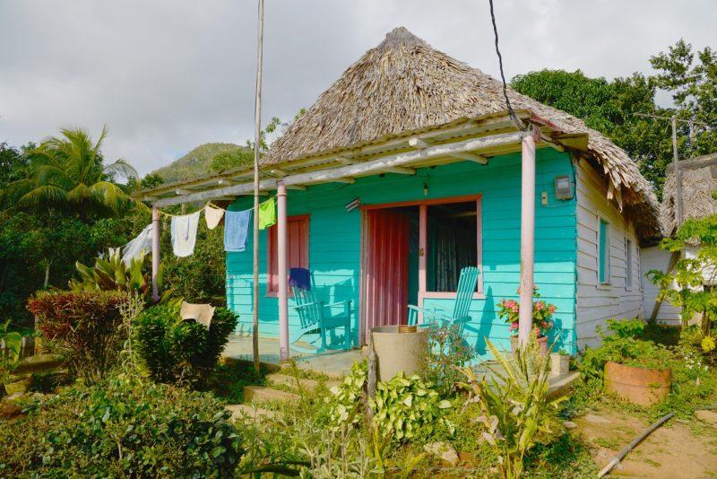 Traditionelle Hütte mit türkiser Front auf dem Land in Vinales