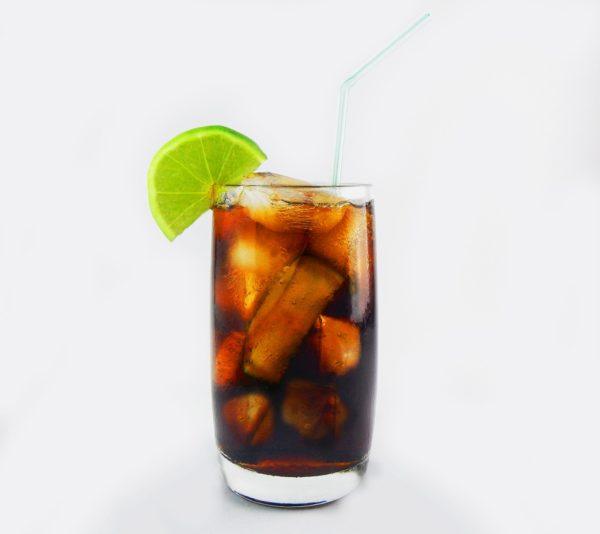 Foto: fertig gemixter Cuba Libre mit Limettenscheibe im Glasrand