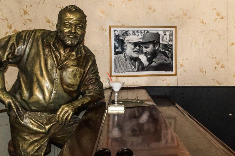 Foto von Hemingways Bronzestatue im Floridita vor einem frischen gemixten Daiquiri