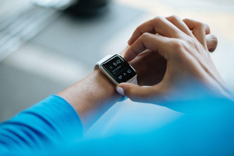 Wie die Zeit auf dem Smartphone umstellen