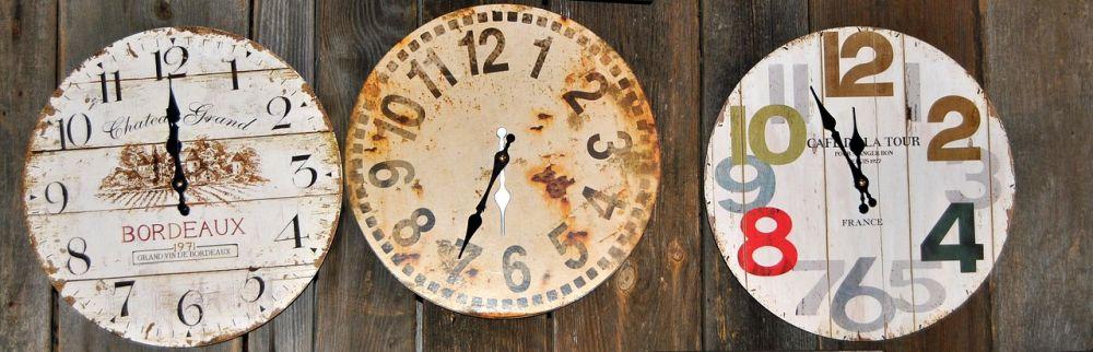 Foto dreier Uhren mit Zeitverschiebung
