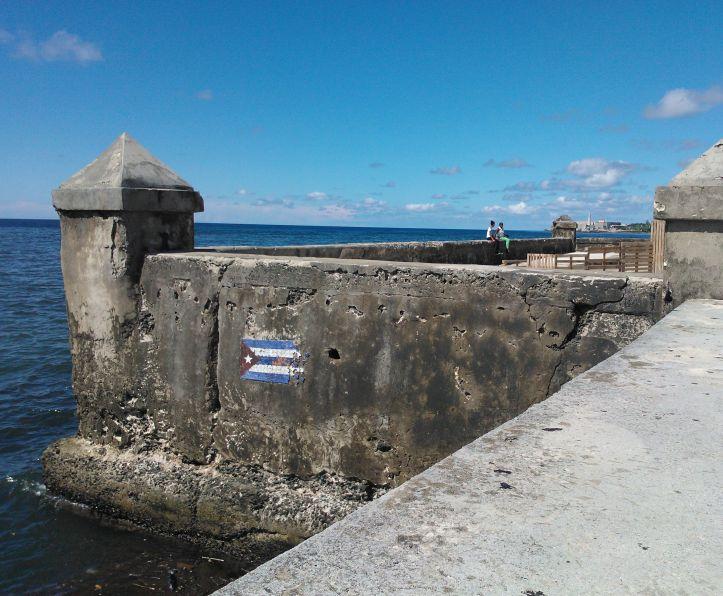 Foto einer kubanischen Flagge als Graffiti an der Außenseite des Malecón