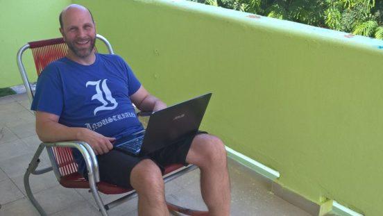 Foto: Dietmar sitzt im Liegestuhl in Havanna auf dem Balkon