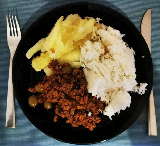 Foto eines Tellers mit Yuca, Reis und Picadillo