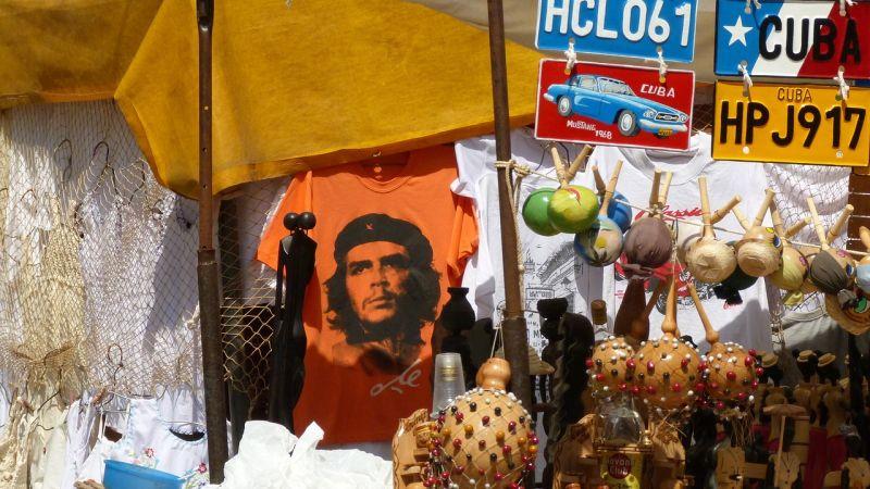 Marktfoto mit einem Che-Konterfei im Hintergrund