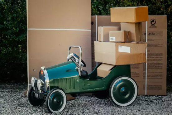 Foto: Spielzeugoldtimer mit Paketen