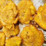 Tostones: köstliche frittierte Kochbananenstücke